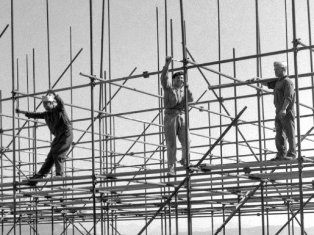 Costruzioni a Napoli (il Vesuvio sullo sfondo); Archivio fotografico Luce, Fondo Attualità.