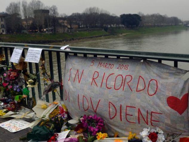 Fiori e messaggi di solidarietà sul ponte Amerigo Vespucci, a Firenze. Li hanno lasciati le centinaia di persone scese a manifestare, a pochi giorni dalla morte di Idy Diene, contro violenza e xenofobia.