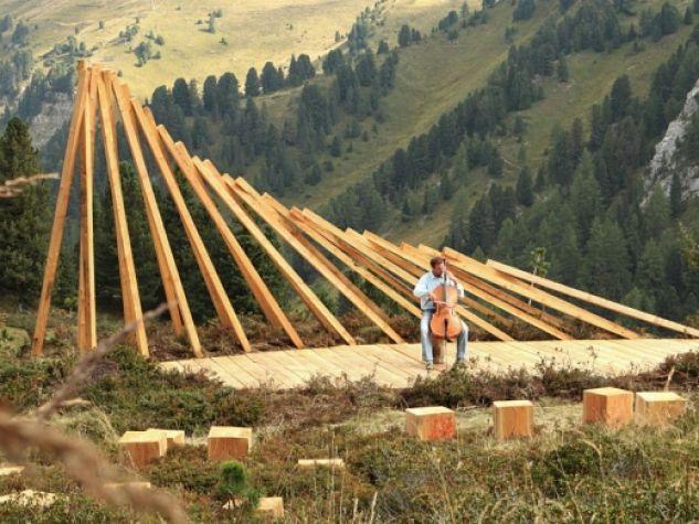 Il Teatro del Latemar di Marco Nones (2012) è la prima opera che s'incontra lungo il Respirart, partendo da Baita Caserina.