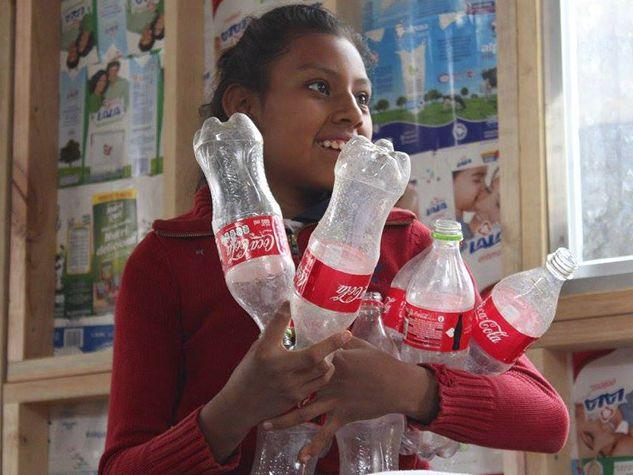 In Messico i lettori sostengono scuole costruite con bottiglie di plastica e Tetra pac.