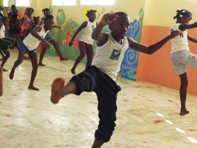 Una lezione di capoeira per ragazzi di strada ad Haiti