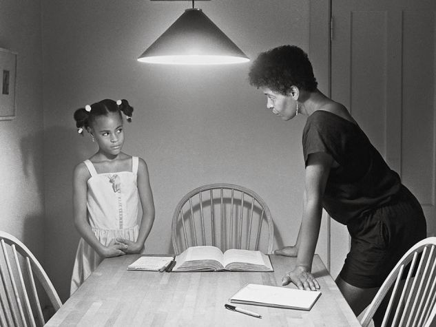 "Uno scatto tratto dal volume: ""Kitchen table series"" di Carrie Mae Weems (Damiani/Matsumoto Editions)"