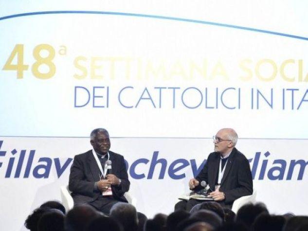 Il cardinale Peter Turkson in dialogo con il gesuita padre Francesco Occhetta