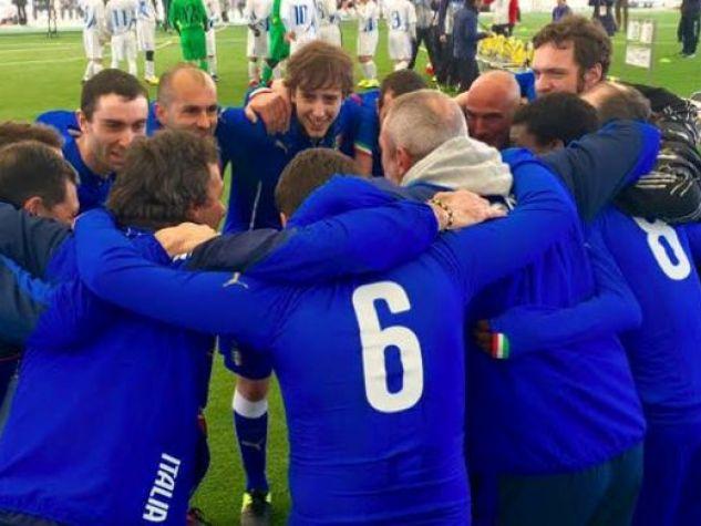 La squadra italiana di calcio a cinque per disabili mentali in azione sul campo.