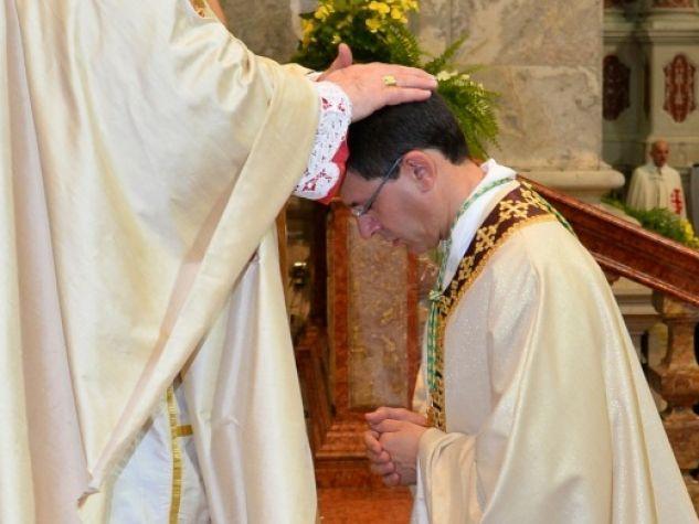 Il cardinal Oullet impone le mani sul nuovo delegato pontificio per la Basilica del Santo
