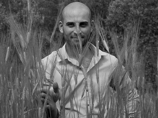Ettore Maggio tra le spighe di grano antico