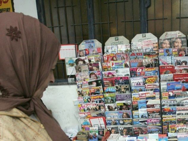 Rabat, Marocco. Una donna passa davanti a un'edicola.