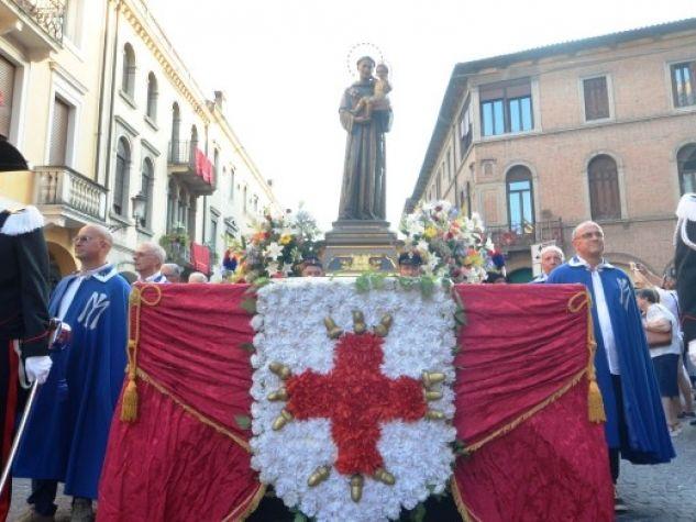 La statua processionale tra la folla