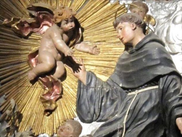 Sant'Antonio e il Bambino, bassorilievo.