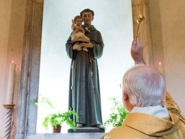 Fra Giancarlo Zamengo benedice la nuova statua di sant'Antonio