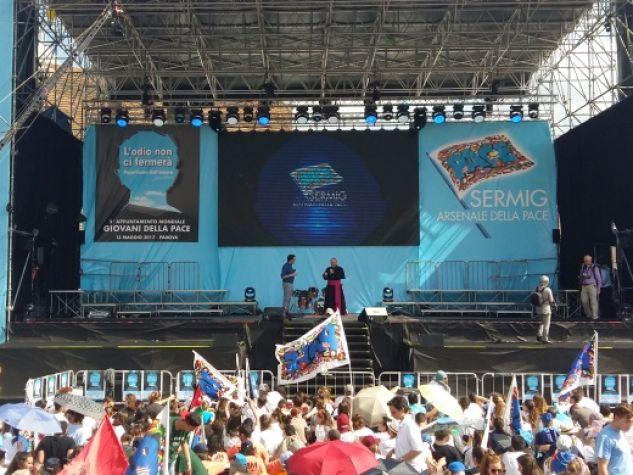 Il grande palco dell'Appuntamento mondiale del Sermig a Padova