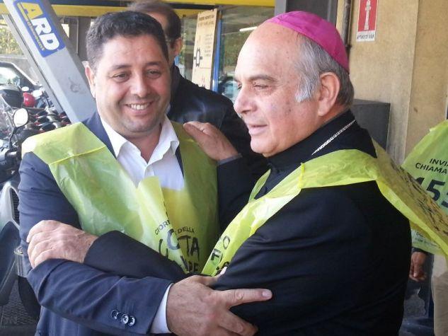Colletta alimentare, abbraccio vescovo Catania con imam.