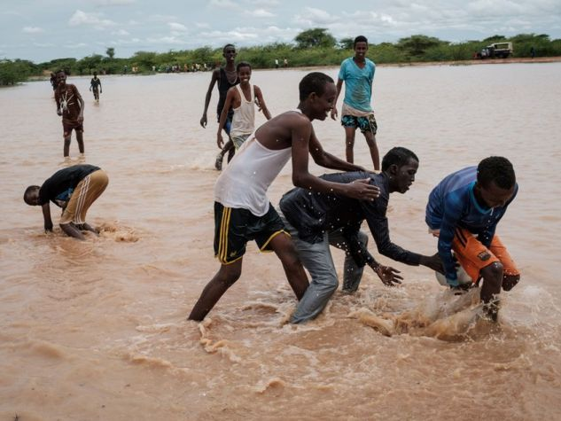 Giovani profughi giocano a pallone.