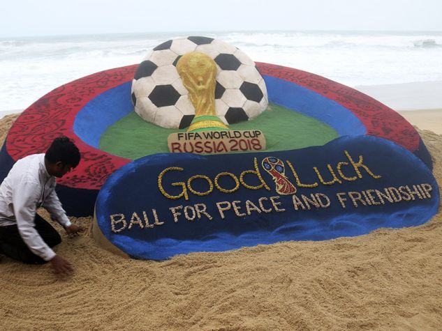 Scultura di sabbia in una spiaggia dell'India per celebrare i Mondiali 2018.