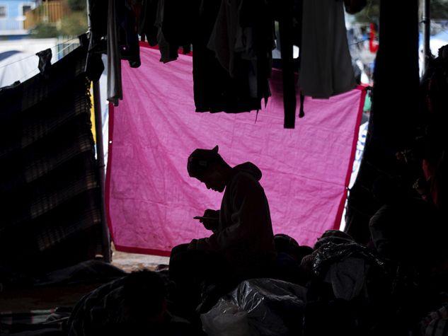 Migrante in attesa di passare il confine con gli Usa a Tijuana Messico.