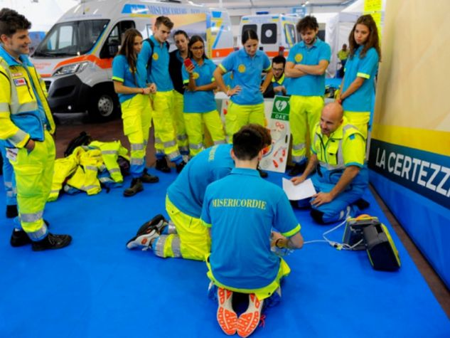 Alcuni volontari delle Misericordie durante un'esercitazione.