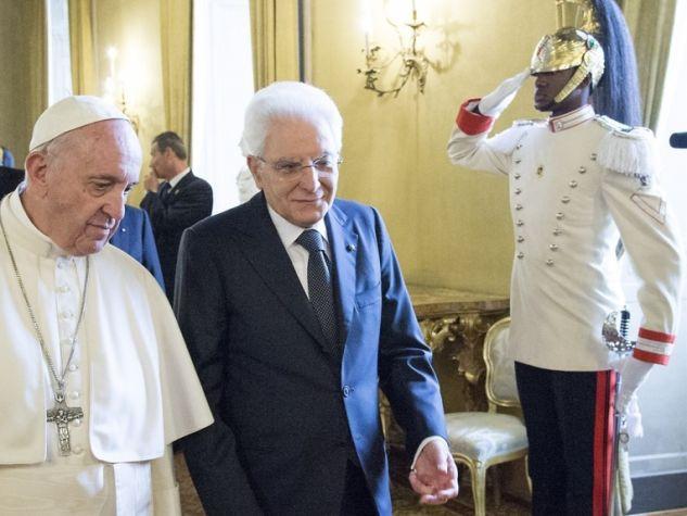 papa Francesco, Sergio Mattarella e il corazziere di colore
