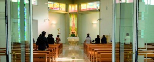 Oggi in chiesa non mancano solo i giovani, ma anche tanti padri e madri.