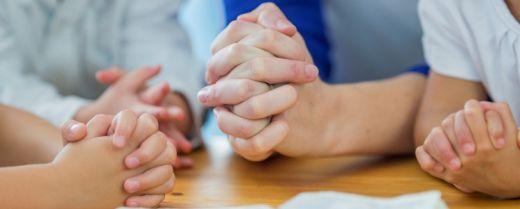 Mani in preghiera.