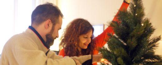 una famiglia prepara l'albero di Natale