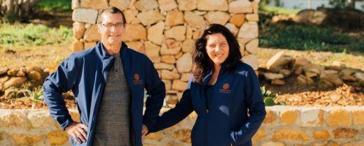 I coniugi Sfiligoi nella loro tenuta vitivinicola Ayama.