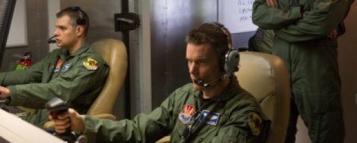 Il protagonista Tom Egan, interpretato da Ethan Hawke, mentre con un joystick in mano comanda i droni che colpiscono i nemici.