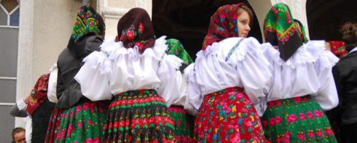Le ragazze del Maramureș nel giorno di Pasqua