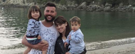 Una giovane famiglia in riva al mare