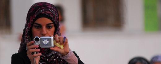 giovane donna palestinese con la cinepresa