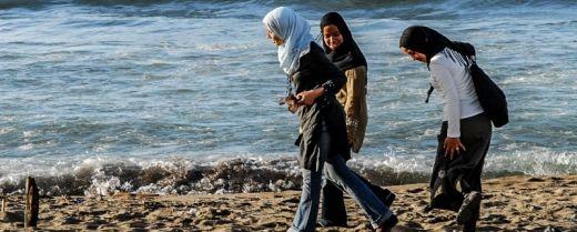 giovani donne sul lungomare di Algeri
