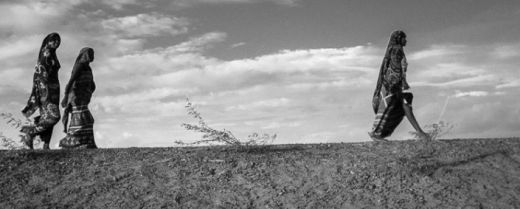 donne in cammino nel deserto