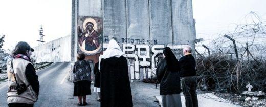 fedeli pregano il rosario di fronte alla Madonna del Muro a Betlemme