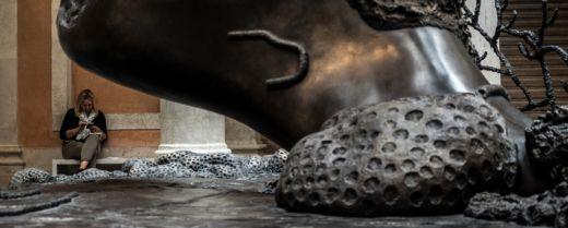 La base di una delle sculture di Hirst a Venezia