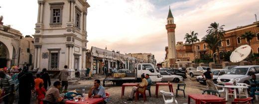 tavolini di un bar a Tripoli