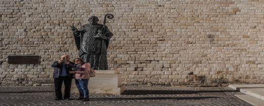 La statua di San Nicola, patrono di Bari.