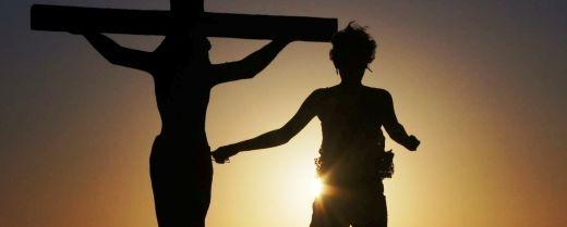 un discepolo di corsa vicino alla croce