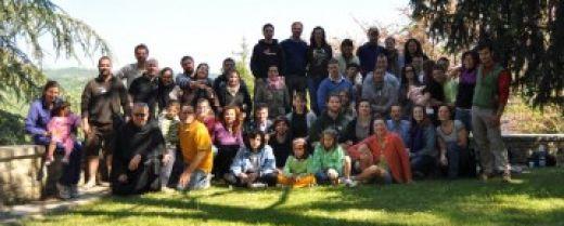 Un gruppo legato all'Oasi famiglie di Camposampiero (Pd) in pellegrinaggio ad Assisi con fra Oliviero.