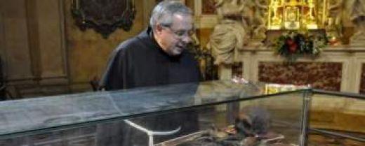 febbraio 2010. Padre Enzo Poiana dinanzi alla teca con le spoglie di sant'Antonio, durante l'Ostensione del Santo.