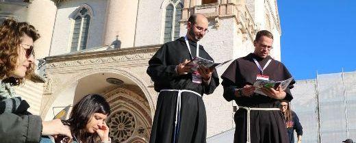 Assisi: due frati con un gruppo di giovani