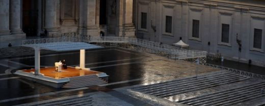 Papa Francesco prega sul sagrato della Basilica di San Pietro il 27 marzo scorso.