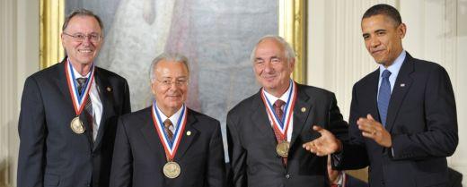 Federico Faggin, secondo da sinistra, alla Casa Bianca, in occasione del conferimento della National Medal of Technology and Innovation, nel 2010, da parte dell'allora presidente  degli Stati Uniti, Barack Obama.