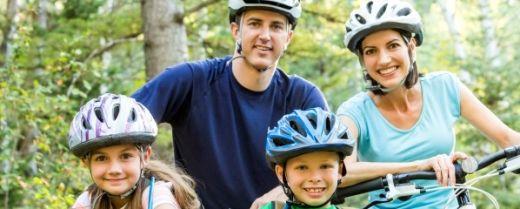 una famiglia in bici