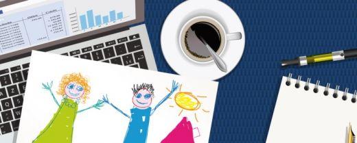 scrivania da lavoro con un disegno della famiglia
