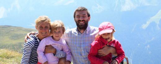 papà, mamma e due bambine in montagna