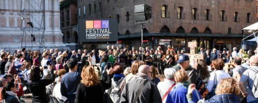 scena di piazza a Bologna all'edizione 2018 del Festival Francescano