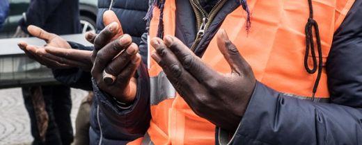due senegalesi in preghiera al corteo per Idy Diene
