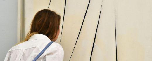 In osservazione dei tagli su un'opera di Lucio Fontana