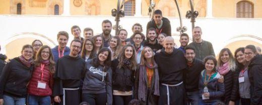 giovane e frati ad Assisi