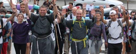 alcuni giovani e frati conventuali spagnoli in pellegrinaggio