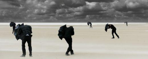 uomini che resistono alla tempesta